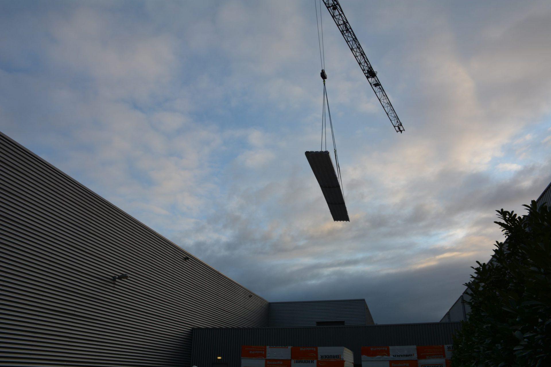 Bedrijfspand bouw dak hijskraan